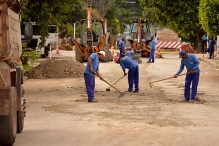 Homens trabalhando nas vias de Corumbá<br />Foto: Diário Corumbaense/Anderson Gallo