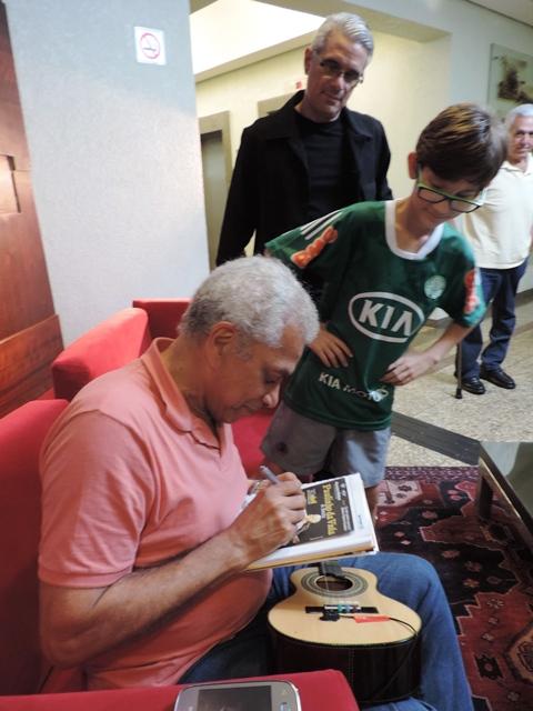 Paulinho da Viola concede autógrafo para jovem fã<br />Foto: Heloísa Lazarini
