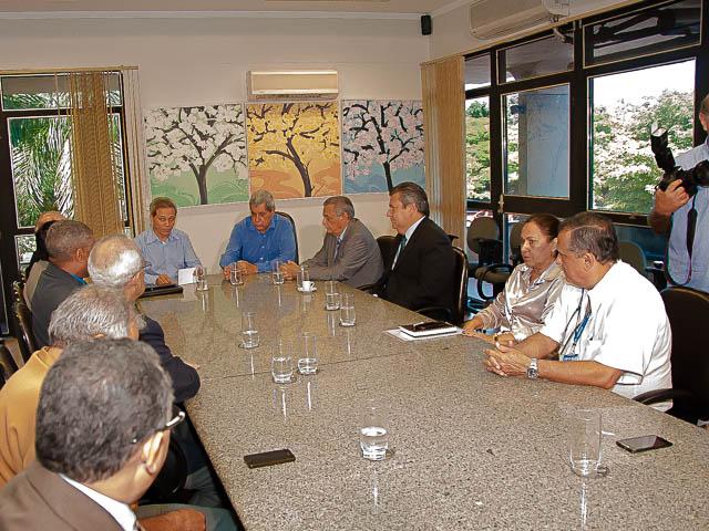 Reunião para a assinatura de contratos para a construção de presídios<br />Foto: Marcelo Calazans