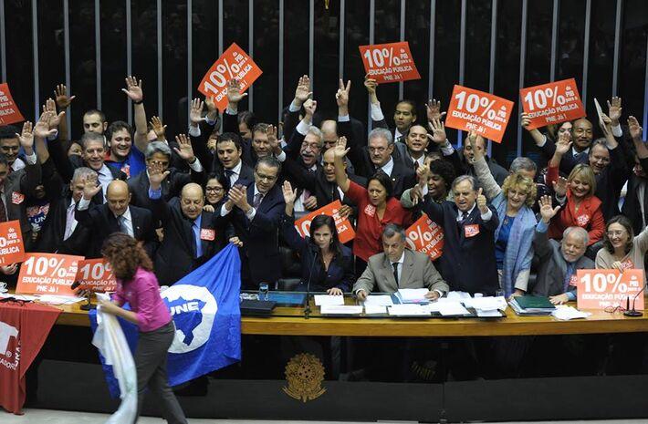 Deputados aprovaram proposta que busca melhorar os índices educacionais brasileiros.<br />Foto: Luis Macedo/Câmara dos Deputados