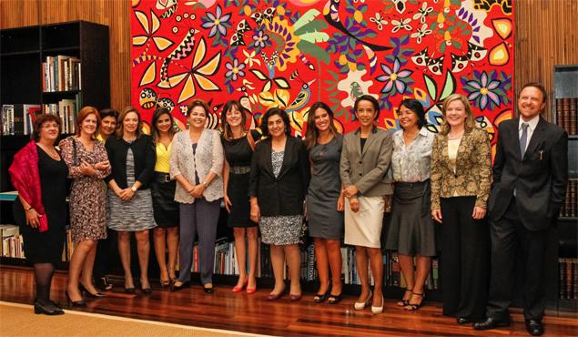 Dilma recebe jornalistas mulheres durante jantar no Palácio da Alvorada, em Brasília<br />Foto: Agência UOL