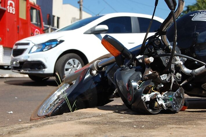 No final da manhã desta quarta-feira (07), por volta das 11h45, mais um acidente de trânsito ocorreu na cidade de Nova Andradina. Um veículo Prisma, conduzido por uma mulher, colidiu contra uma motocicleta CG 150, que tinha como condutor um jovem. O acide
