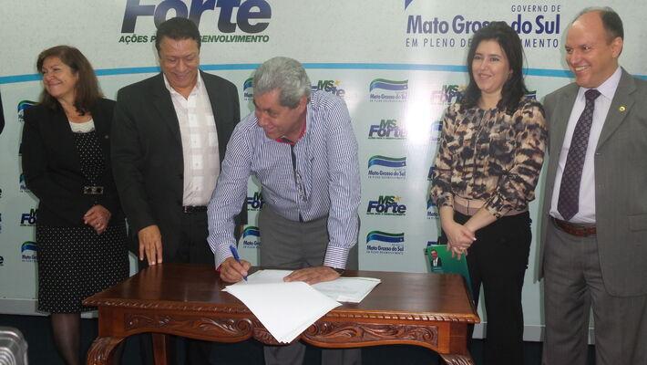 O governador André Puccinelli (PMDB) assinou convênios para repassar R$ 3 milhões para 80 projetos do FIC - Foto: Dany Nascimento