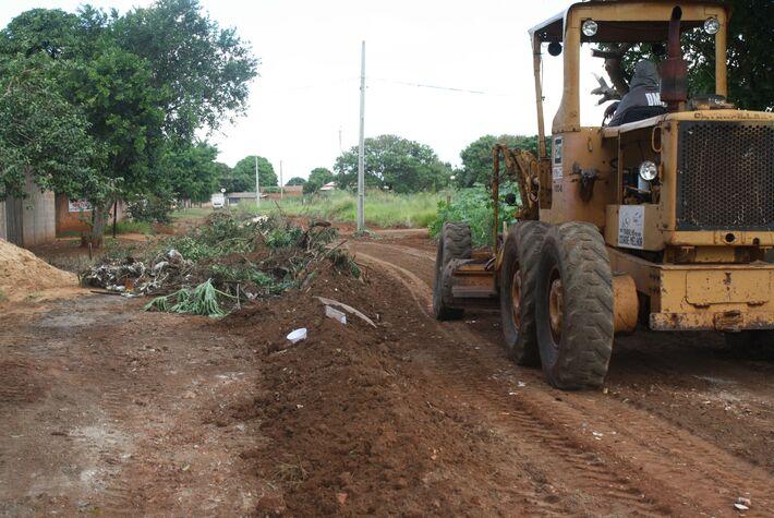 Campo Grande possui cerca de 1.500 quilômetros de vias urbanas não asfaltadas, por esse motivo, Até o início do período de chuvas mais intensas, a partir da segunda quinzena de outubro, a meta da prefeitura é concluir o mutirão de limpeza da cidade co