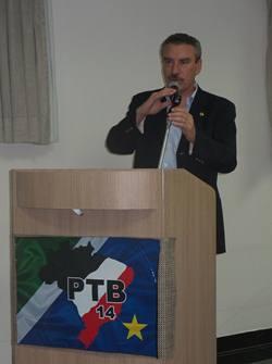 Discurso do deputado Paulo Corrêa (PR), em encontro estadual do PTB na manhã de hoje<br />Foto: Tayná Biazus