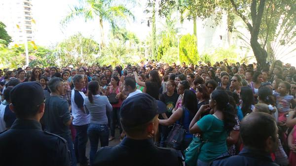 Manifestação dos servidores dos ceinfs em frente a prefeitura<br />Foto: tayná Biazus