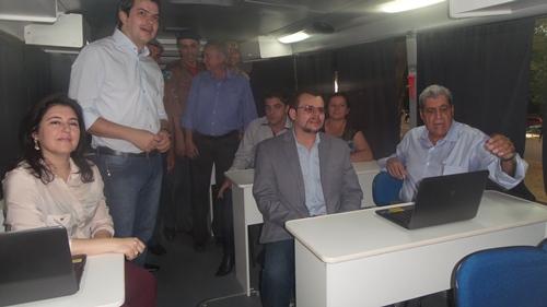 O governador fez questão de entrar dentro do ônibus escola para verificar tudo que pode ser oferecido pelo veículo - Foto: Dany Nascimento