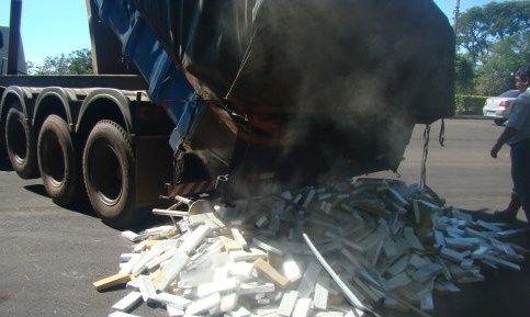 Uma ação da PMRE (Polícia Militar Rodoviária Estadual) apreendeu uma tonelada de maconha ontem em uma barreira policial realizada na rodovia MS-156, no trecho que liga Amambai a Caarapó. A droga estava em uma carreta basculante, separada em vários tablet