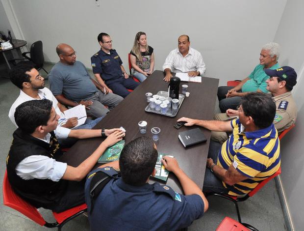 Legenda: Reunião entre representantes dos órgãos de segurança e secretariais municipais da Prefeitura de Dourados, em preparativo para receber a caravana - Foto: A. Frota