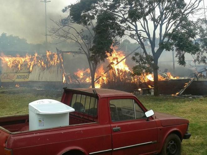 Um incêndio registrado na manhã desta sexta-feira resultou em pelo menos seis mortos em uma conveniência localizada no município de Coronel Sapucaia, fronteira com o Paraguai.O fogo iniciado possivelmente por uma pane na rede elétrica, destruiu o imóvel,