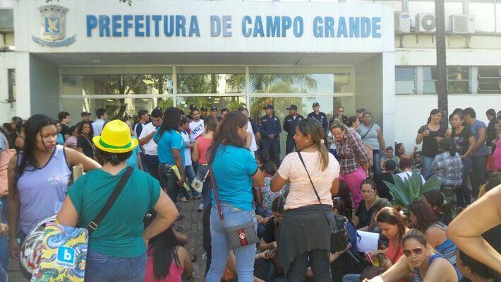 Os trabalhadores pretendem permanecer na frente da prefeitura até ás 17 horas para participarem de uma nova reunião agendada por Olarte - Foto: Tayná Biazus