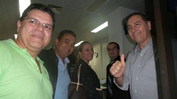 """</p> Alcides Bernal se encontra neste momento no Fórum de Campo Grande, e está recebendo das mãos do juiz David de Oliveira Gomes Filho da 2ª Vara de Direitos Difusos a ordem de retorno à Prefeitura de Campo Grande . Bernal está muito feliz. """" A justiça"""