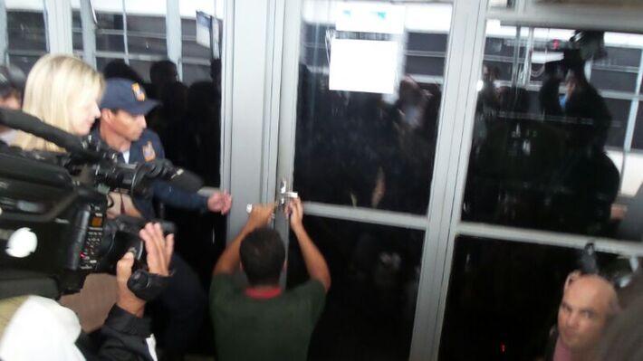 O chaveiro André Henrique Alves está abrindo as portas da prefeitura e das secretarias - Foto: Tayná Biazus