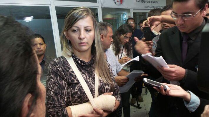 A secretária do prefeito Gilmar Olarte (PP), Kelly Regina de Souza, 31 anos está com punho torcido e inchado - Foto: Tayná Biazus