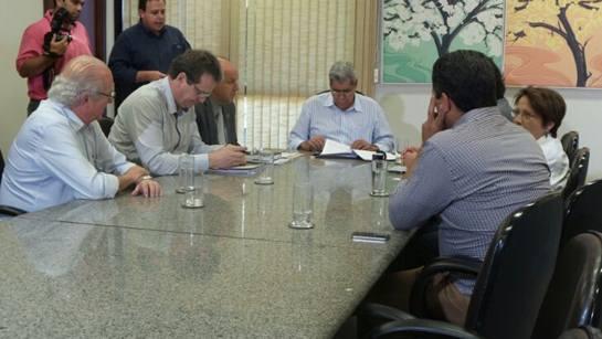 Reunião realizada entre goverador André Puccinelli (PMDB) e representantes da Solar -Par<br />Foto: Dany Nascimento