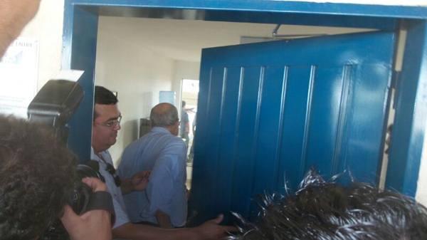 Momento em que Delcídio chama Pedro Chaves e ele entra na sala de reunião<br />Foto: Heloísa Lazarini