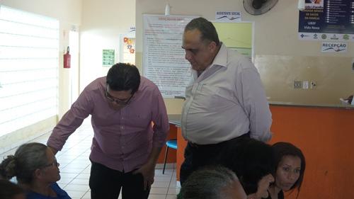 O prefeito Gilmar Olarte (PP) e o secretário Jamal Salem visitaram a unidade de saúde e aproveitaram para conversar com a população - Foto: Tayná Biazus