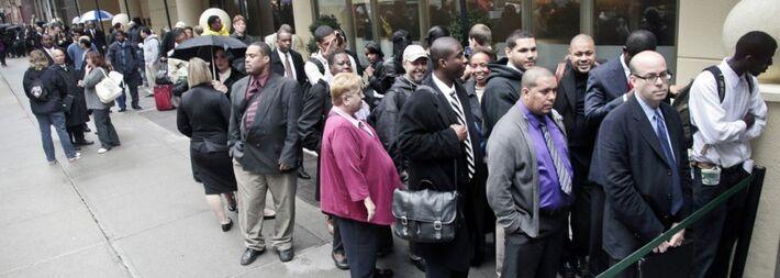 <strong>WASHINGTON, 1 Mai(Reuters) -</strong>O número de norte-americanos que pediram o benefício do auxílio-desemprego subiu inesperadamente na semana passada, mas a tendência continua apontando para uma melhora nas condições do mercado de trabalho