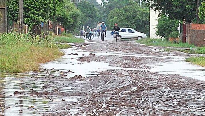 Os moradores enfrentam problemas de alagamentos e esperam há muito tempo pela pavimentação, que chegou a ser lançada em 2011 pelo ex-prefeito Daltro Fiuza<br />Foto: Marcos Tomé/Região News