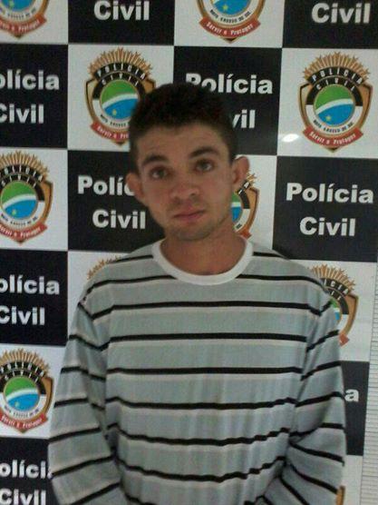 """Na noite de terça-feira (24), o acusado de matar o idosoLuis Alberto Rogeski foi preso na cidade de Alto Taquari/MT.  Depois de receber informações de que o acusado Carlos Gonçalves Moreira, 22 anos, conhecido como """"Carlinhos"""", estava na praça cent"""