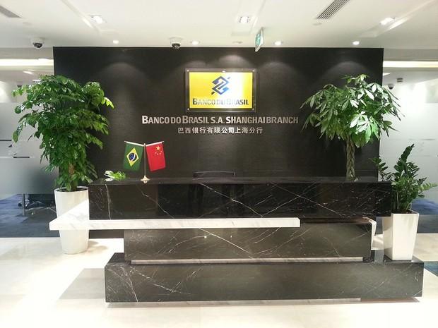 </p> O Banco do Brasil (BB) inaugurou na última sexta-feria a primeira agência de um banco latino-americano na China. O estabelecimento funcionará em Xangai, onde o banco tem um escritório de representação desde 2004.  De acordo com o BB, a nova agênc