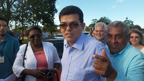 O presidente da Lagoa Itatiaia fez questão de cumprimentar o prefeito durante o plantio de mudas na região - Foto: Dany nascimento