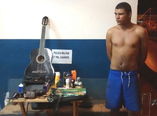 """Everton Luan de Oliveira, o """"Bodão"""" (21), foi preso no final da tarde de ontem (24), por volta das 17h50, após ser flagrado furtando uma residência na rua Felipe dos Santos, próximo ao bairro São Cristovão, em Caarapó.  """"Bodão"""" foi flagrado dentro d"""