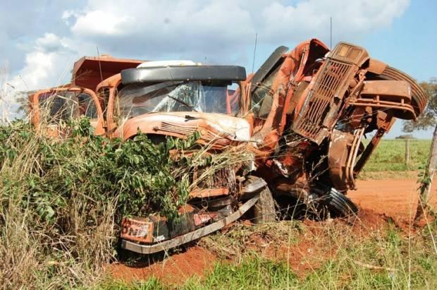 Com a violência do impacto os dois veículos ficaram completamente destruídos<br />Foto: Germino Roz/Nova News