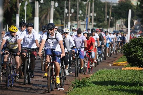 Ciclistas se reuniram em homenagem na avenida Marcelino Pires, local onde jovem foi atropelado e morto (Foto: Ademir Almeida)