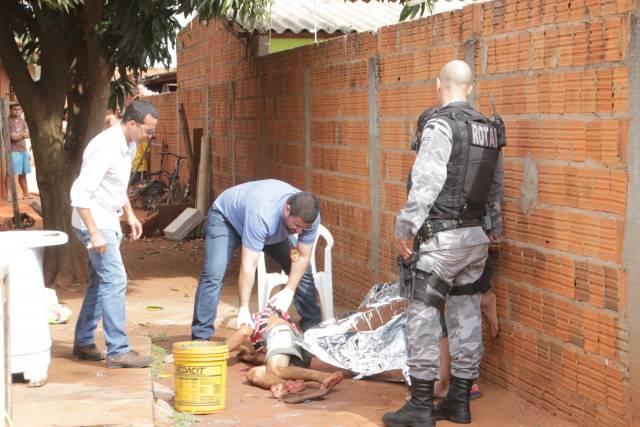 Na manhã deste sábado (28), por volta das 9h30, um homem identificado como Jair Valentin, com idade entre 30 a 40 anos foi encontrado morto no quintal de sua casa, na rua 35 na Vila Piloto.  De acordo com a testemunha Bruna Lopes, de 22 anos, que di