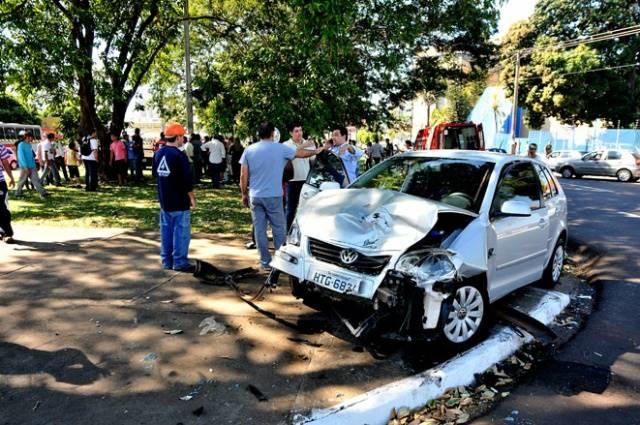 Um dos veículos envolvidos no acidente colidiu contra uma árvore - Foto: Valdenir Rezende / Correio do Estado