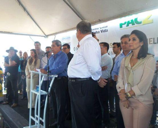 Governador André Puccinelli (PMDB) se emociona durante discurso na entrega dos apartamentos do Residencial Nelson Trad<br />Foto: Dany Nascimento