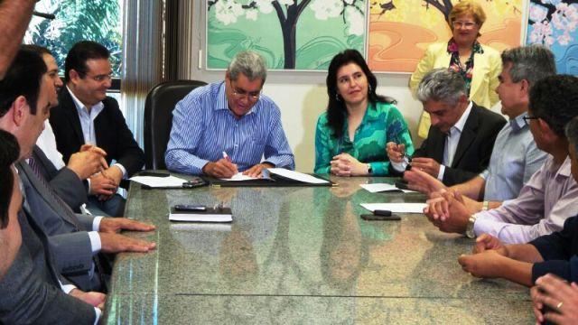 Governador André Puccinelli ao lado da vice-governadora Simone Tebet, ambos do PMDB, durante assinatura de decreto de lei sobre transporte intermunicipal de táxi<br />Foto: Dany Nascimento