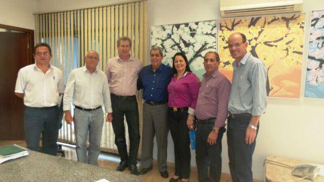 Governador André Puccinelli (PMDB) com prefeitos dos municípios beneficiados por convênio<br />Foto: Tayná Biazus
