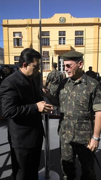 Comandante Militar do Oeste Gal. Juarez cumprimenta o Prefeito Gilmar Olarte em cerimônia da FEB<br />Foto: Junior Cordeiros