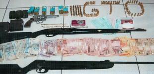 No momento das buscas foram encontradas duas armas, sendo uma espingarda cal. 22 e um revólver cal. 38, uma grande quantidade em dinheiro que estava escondido dentro de sapatos em vários cômodos da boate e da residência, cheques e cadernos com anotaçõ