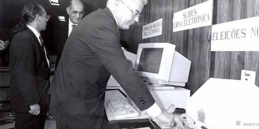 Esse nível de informatização do sistema eleitoral foi alcançado gradualmente, sempre passando pelo crivo da segurança e da garantia do sigilo do voto, acompanhando a evolução tecnológica mundial. Entretanto, a criação de um aparelho mecanizado para co