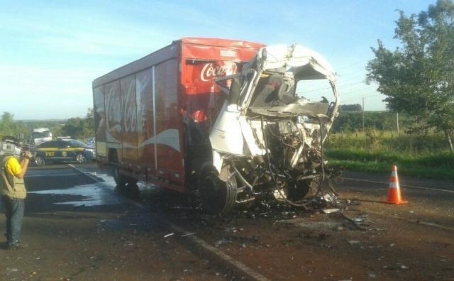 Veículo ficou com a frente toda destruída<br />Foto: Dourados News/Francisco Júnior