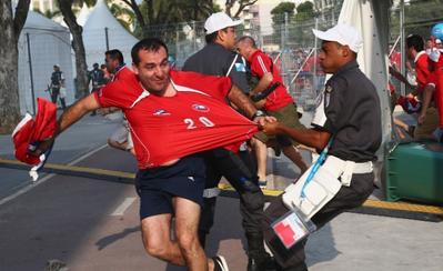 Além da invasão de 100 chilenos no Maracanã, o governo federal mudou a segurança de estádios da Copa-2014 após um relatório feito por setores de inteligência que mostrou um cenário caótico no estádio. Autoridades públicas descobriram que o sistema era tão