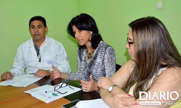 Secretária Dinaci Ranzi (ao centro) anunciou que vacinação seguirá normal nos postos<br />Foto: Diário Corumbaense