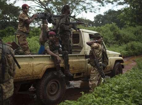 Miliciano Seleka faz incursão em um vila onde moradores foram atacados e uma mesquita queimada a cerca de 25 quilômetros de Bambari, na República Centro-Africana, em 10 de maio<br />Foto: Terra