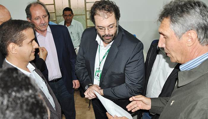 Ari Basso cobra do presidente do Incra, Carlos Guedes, apoio para projetos cadastrados em Brasília em beneficio de assentamentos<br />Foto: Marcos Tomé/Região News