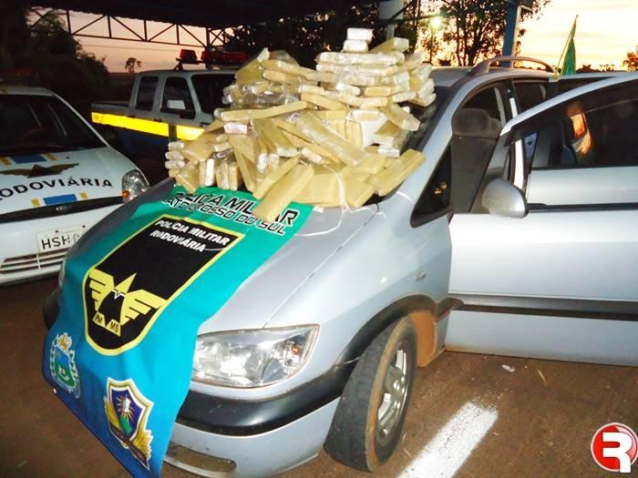 O carro era ocupado por um homem de 31 anos e a passageira, uma menor de 14 anos. Os policiais localizaram sobre o banco traseiro uma bolsa que continha alguns tabletes de maconha.  Dando prosseguimento as buscas, os militares também localizaram vár
