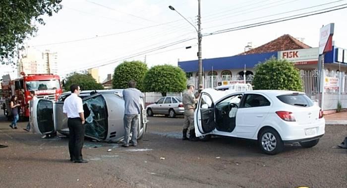 </p> <p>Dois veículos se envolveram um em acidente no cruzamento das ruas São Paulo e Brasil, na Vila Célia, em Campo Grande. O veículo Onix Chevrolet não respeitou a preferencial e atingiu um Peugeot 207, que capotou. Uma mulher teve ferimentos leves e