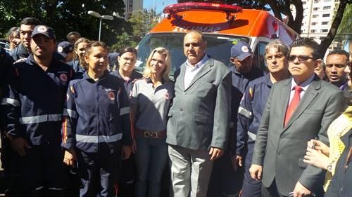 Acompanhado do secretário de saúde, Jamal Salém e do coordenador do Samu, Eduardo Cury, Gilmar Olarte entregou as chaves ao Samu - Foto: Dany Nascimento