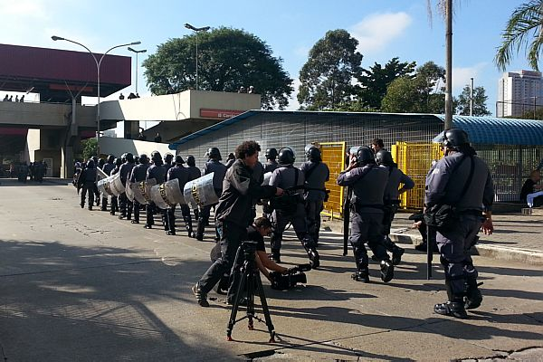 Policiais fazem contenção contra protestos<br />Foto: O Estadão