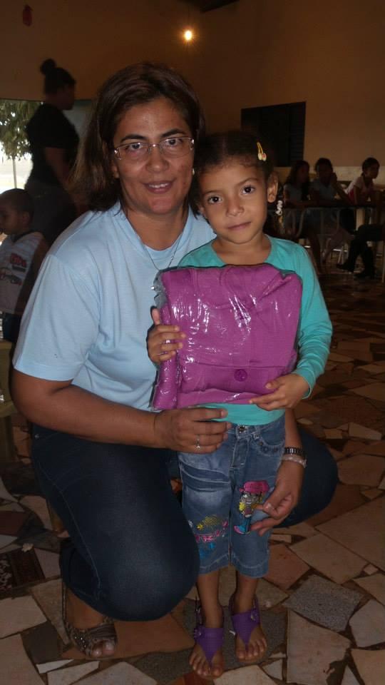 Marinete Pereira durante entrega de uniformes de inverno para as crianças em junho deste ano.