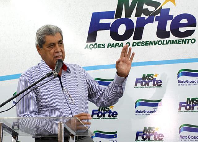 Governador André Puccinelli (PMDB) entrega chaves de 54 ônibus escolares que irão atender alunos da zona rural<br />Foto: Divulgação