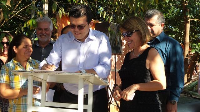 Prefeito de Campo Grande, Gilmar Olarte (PP), assina ordem de serviço no bairro Sírio Libanês<br />Foto: Dany Nascimento
