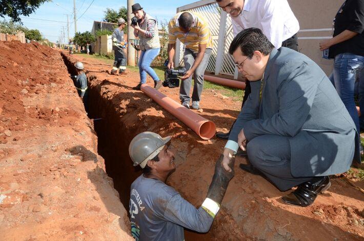 Prefeito fez questão de verificar o início das obras e cumprimentar trabalhador<br />Foto: Assessoria
